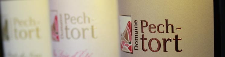 Illustration comprenant des bouteillles de vins du Pic Saint Loup alignées au domaine Pech-Tort
